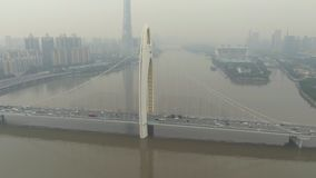 Liede bro och Cityscape Guangzhou stad i smog, Kina flyg- sikt stock video