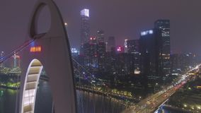 Liedebrug en Guangzhou-Cityscape bij Nacht China Lucht Mening stock videobeelden