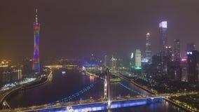 Liedebrug en Guangzhou-Cityscape bij Nacht Lucht Mening stock video