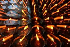 liefdadigheid Het bidden kaarsen in een klooster in Bhutan stock fotografie