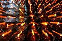 liefdadigheid Het bidden kaarsen in een klooster in Bhutan Samenvatting, kaarslicht royalty-vrije stock afbeeldingen