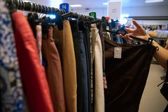 Liefdadigheidswinkel - gebruikte kleurrijke kleren royalty-vrije stock foto's