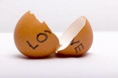 LIEFDE bij gebroken eieren wordt geschreven dat royalty-vrije stock fotografie