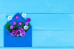 Liefde - brief met bloem, romantisch bericht op blauwe houten achtergrond De kaarten lege ruimte van de valentijnskaartendag voor Royalty-vrije Stock Afbeeldingen