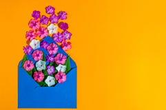 Liefde - brief met bloem, romantisch bericht op oranje houten achtergrond De kaarten lege ruimte van de valentijnskaartendag voor Stock Foto's