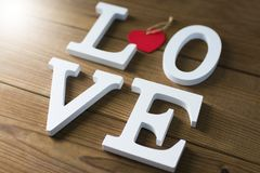 Liefde in brieven op houten stock afbeelding
