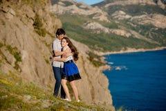 In liefde coupleCouple het kussen gelukpret Het tussen verschillende rassen jonge paar omhelzen die op datum lachen kaukasisch royalty-vrije stock foto
