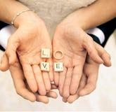 Liefde in de handen Stock Afbeelding