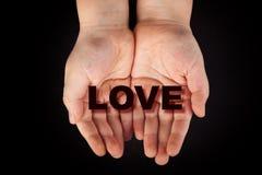 Liefde in de handen van het kind Stock Foto