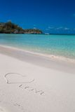 Liefde die op tropisch strand wit zand wordt geschreven Royalty-vrije Stock Afbeeldingen