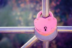 Liefde Een hart Het slot is strak gesloten op de leuning als teken van eeuwige liefde De dag van de valentijnskaart royalty-vrije stock fotografie