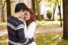 Liefde en affectie tussen een jong paar Stock Foto