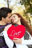 Liefde en affectie tussen een jong paar Royalty-vrije Stock Foto's