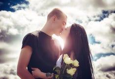 Liefde en affectie tussen een jong paar Stock Afbeelding