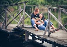 Liefde en affectie tussen een jong paar Stock Foto's