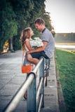 Liefde en affectie tussen een paar stock foto's