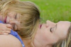 Liefde en Affectie tussen moeder en dochter royalty-vrije stock foto's