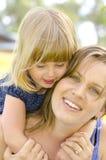 Liefde en Affectie tussen moeder en dochter stock afbeeldingen