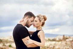 Liefde en emoties die van paar houden die in Turkije rusten In liefde Oostelijk paar in de bergen van de omhelzingen en de kussen royalty-vrije stock foto