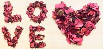 LIEFDE en hart van droge bloem wordt gemaakt die Royalty-vrije Stock Afbeeldingen