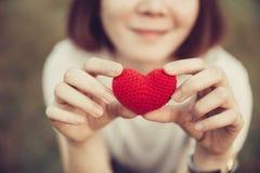 Liefde en Harten die liefde en zorg samen geven Royalty-vrije Stock Foto's