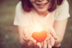 Liefde en Harten die liefde en zorg samen geven Stock Afbeelding