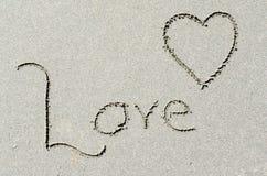 Liefde en Hartvorm in oceaanstrandzand Royalty-vrije Stock Afbeeldingen