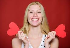 Liefde en Romaans De korting van de valentijnskaartendag Valentijnskaartendag het winkelen Gissing wat hij begaafd aan me Vier Va royalty-vrije stock fotografie