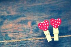Liefde en Romaans rode harten op houten geweven achtergrond De dag van de valentijnskaart `s Huwelijksmotieven Royalty-vrije Stock Foto