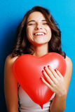Liefde en van de valentijnskaartendag het hart van de vrouwenholding leuk glimlachen en drukte Stock Fotografie