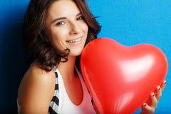 Liefde en van de valentijnskaartendag het hart van de vrouwenholding leuk glimlachen en drukte Stock Afbeelding