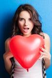 Liefde en van de valentijnskaartendag het hart van de vrouwenholding leuk glimlachen en drukte Royalty-vrije Stock Foto's