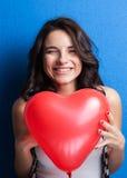 Liefde en van de valentijnskaartendag het hart van de vrouwenholding leuk glimlachen en drukte Stock Afbeeldingen