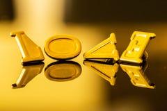 Liefde in gouden brieven met bezinning op een gouden achtergrond stock afbeeldingen