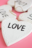 Liefde Houten wit hart op roze achtergrond Stock Foto