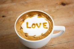 Liefde in koffiekop Stock Foto's