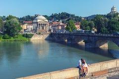 In liefde koppelen de toeristen het ontspannen op centrum van Turijn Turijn, Italië met Vittorio Emanuele I brug over Po rivier e royalty-vrije stock afbeeldingen