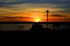 In liefde met de zonsondergang stock afbeeldingen