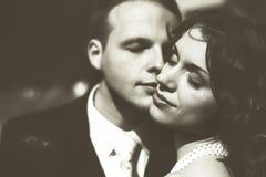 Liefde met gesloten ogen - tedere aanrakingen van de gezichten van jonggehuwden Stock Fotografie