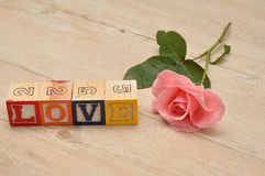 Liefde met kleurrijke alfabetblokken dat wordt gespeld Stock Foto
