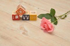 Liefde met kleurrijke alfabetblokken dat wordt gespeld Royalty-vrije Stock Foto's