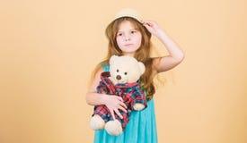 In liefde met leuke teddybeer Gelukkige kinderjaren Tedere gehechtheid Het jong geitjemeisje koestert zorgvuldig zachte stuk spee stock foto