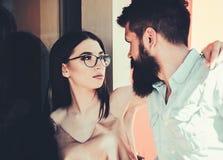 In liefde met manier Paar in liefde Meisje en vriend in relaties van vriendschap Paar van minnaars met manier royalty-vrije stock afbeeldingen