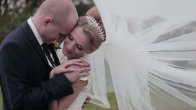 In Liefde, mooie en het charmeren paar op een gang in huwelijksdag stock video
