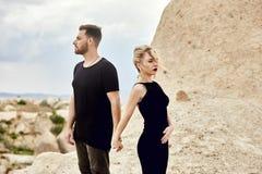 In liefde Oostelijk paar in bergen van de omhelzingen en de kussen van Cappadocia Liefde en emoties die paar van het vacationing  royalty-vrije stock foto's
