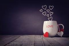 Liefde op een mokconcept voor Valentijnskaartendag of Moedersdag die wordt geschreven stock foto's