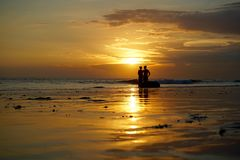 Liefde op het strand in zonsondergang in Bali Stock Foto's