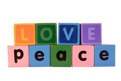 Liefde op vrede in houten spelblokletters op wit Stock Afbeeldingen