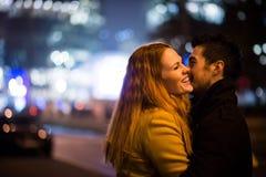 Liefde - paar die in straat bij nacht koesteren stock afbeeldingen