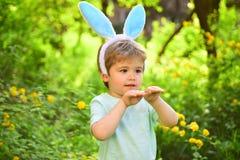 Liefde Pasen Geïsoleerd op witte achtergrond Eijacht op de lentevakantie Gelukkige Pasen Kinderjaren Weinig jongenskind in groen  royalty-vrije stock foto's